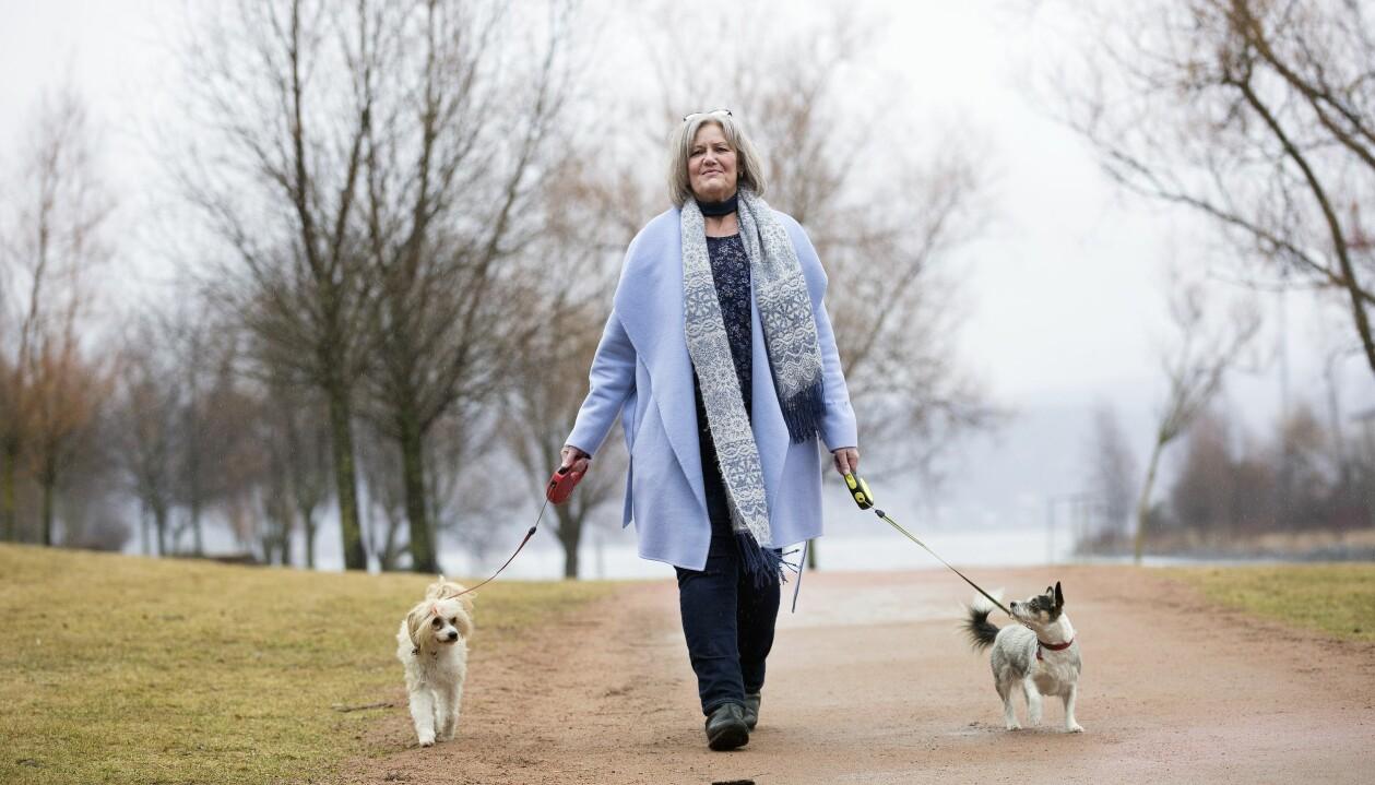 Kristin Reine med sina två drömhundar som hon skaffade efter bilolyckan.