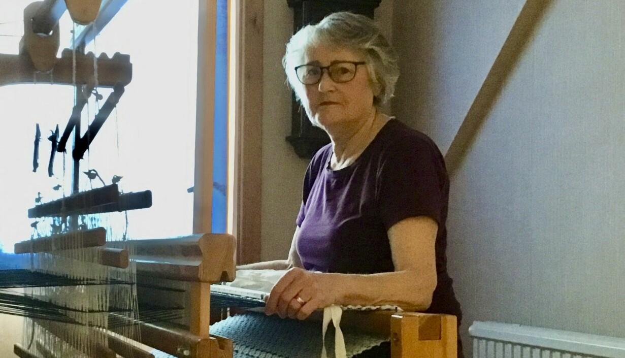 Kristina Gustafsson sitter vid sin vävstol och berättar om hur hon väver mattor och säljer till förmån för organisationen Operation Smile.