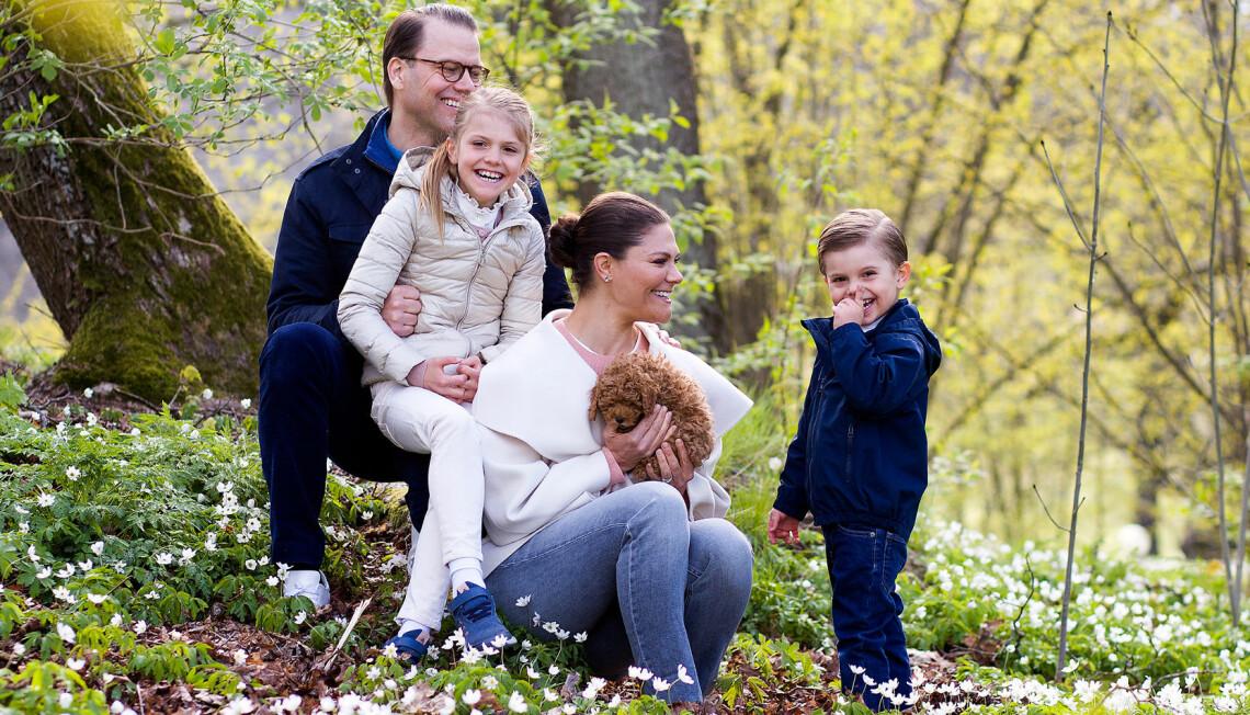 Kronprinsessan Victoria, prins Daniel, prins Oscar och prinsessan Estelle med hunden Rio när han var liten valp.