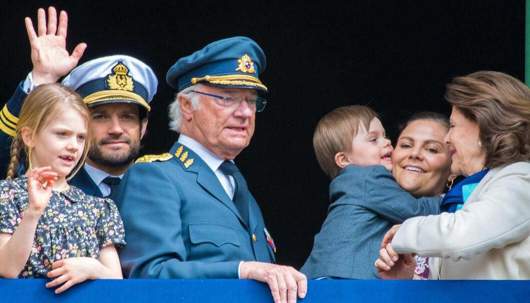 Kungen, Silvia, Victoria, Carl-Philip, Oscar och Estelle vinkar från balkongen när Kungen fyllde 73 år.