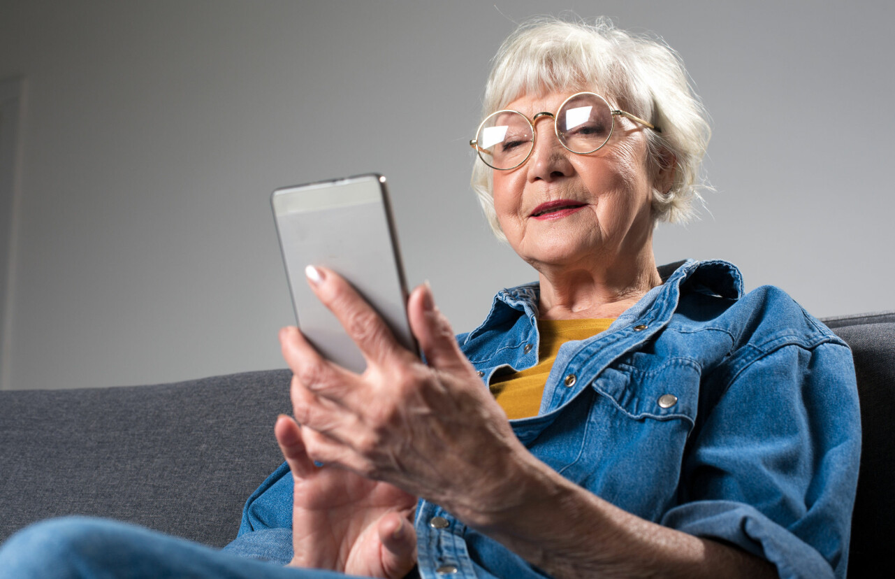 Kvinna, en så kallad Digitant, sitter och tittar på sin mobil.