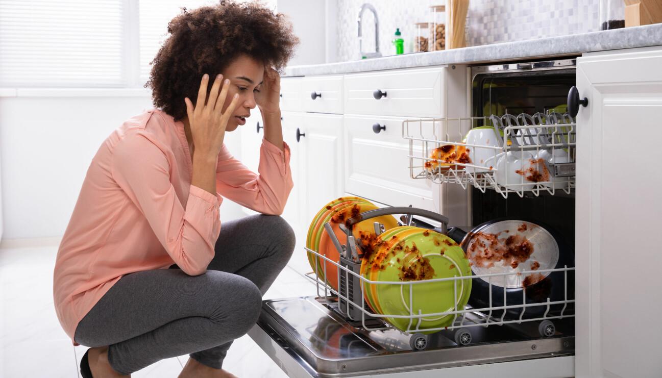Kvinna chockad över hur dåligt den smutsiga diskmaskinen diskar.
