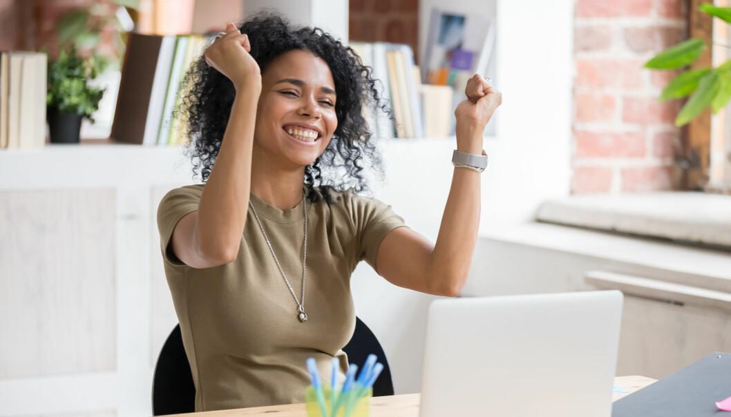 Kvinna med händerna i luften är glad framför en datorskärm. Vill du också vara glad när du betalar räkningarna? Då kan du göra några insatser för din ekonomi.