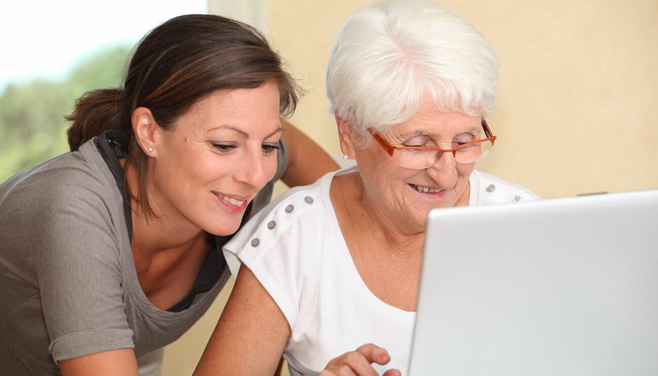 Kvinna hjälper äldre kvinna att handla på internet.