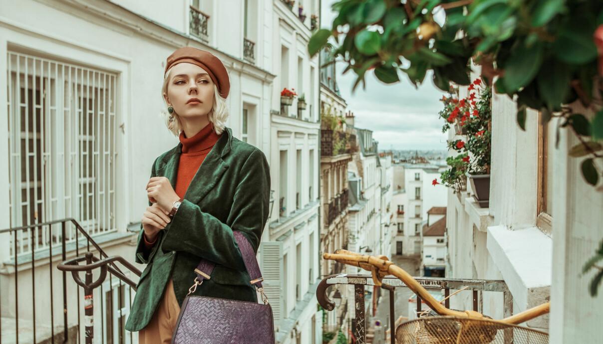Kvinna i Paris med polotröja.