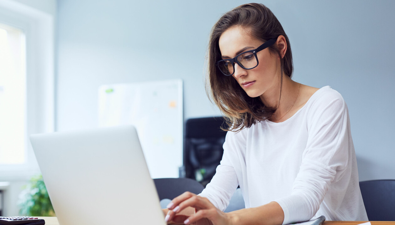 Kvinna jobbar vid laptop.