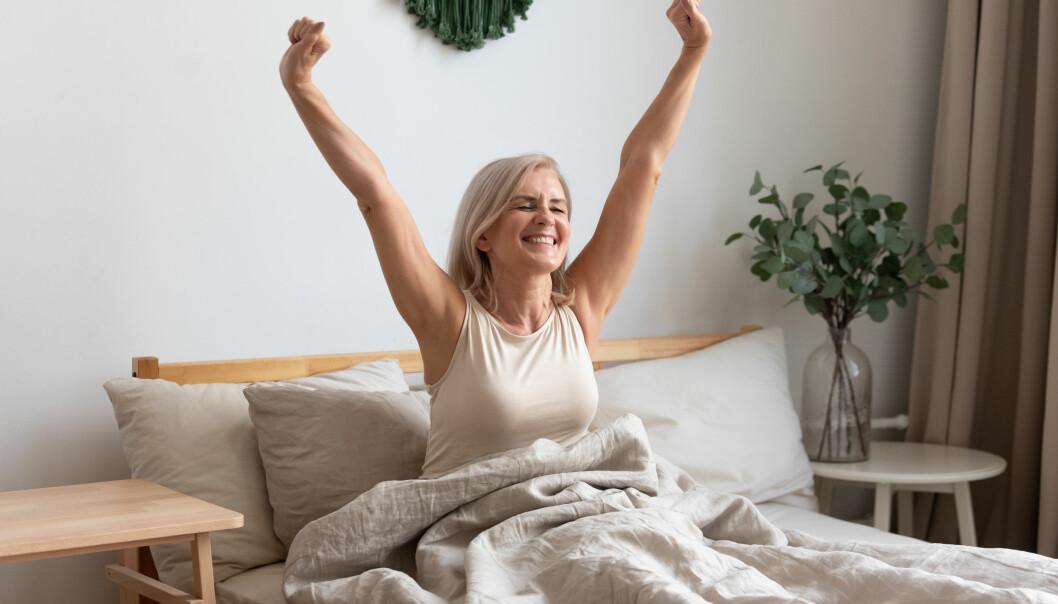 Kvinna mår bra i sängen.