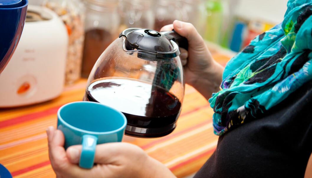 Kvinna med en kaffekanna i handen.