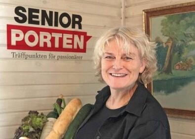 Kvinna med en korg med mat framför SeniorPortens logga.