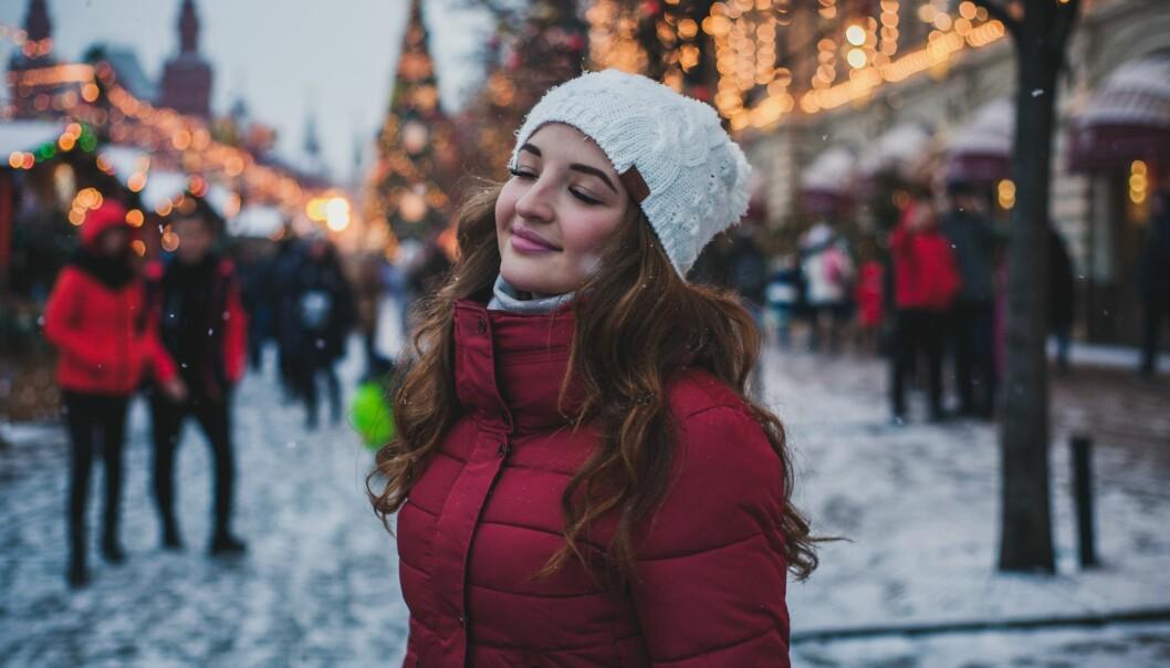 Kvinna njuter av ett lugnt ögonblick under julstressen.