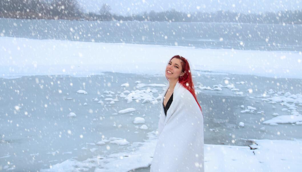 Kvinna kallbadar utomhus i vinterlandskap och snö.