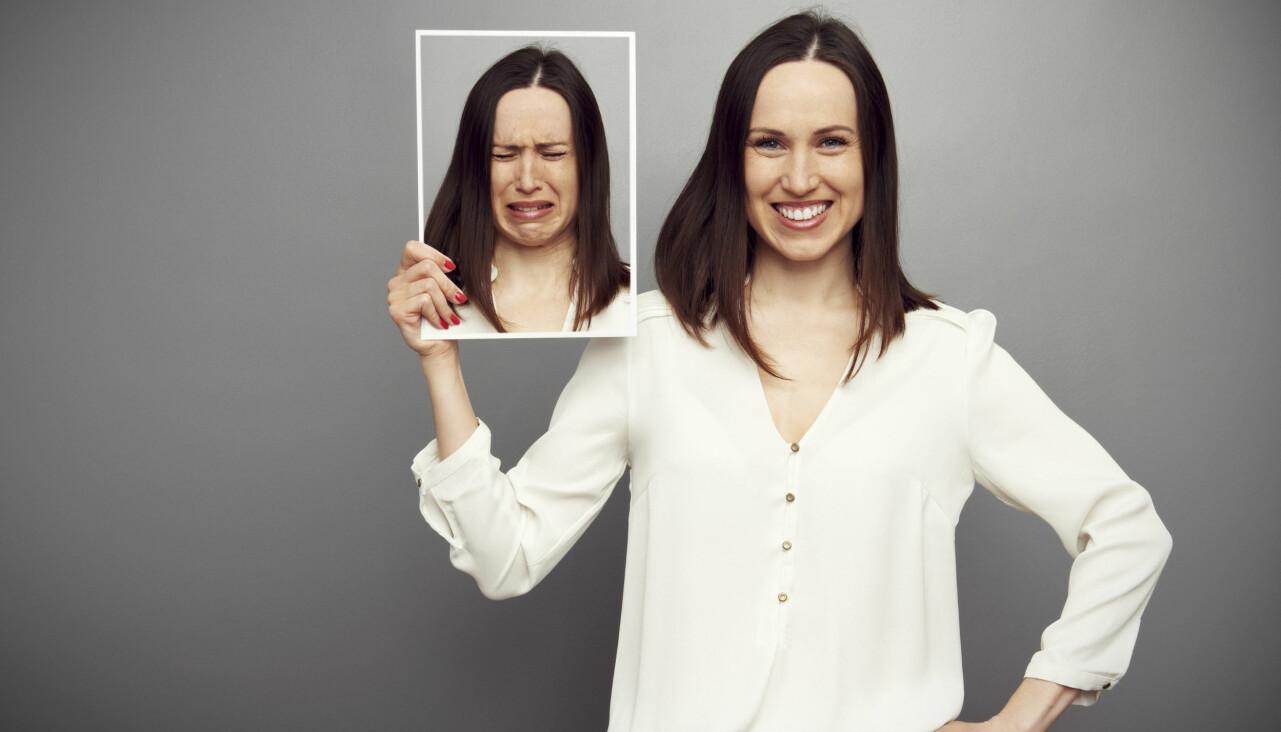 Kvinna ser glad ut men mår dåligt innerst inne – det så kallade anksyndromet.