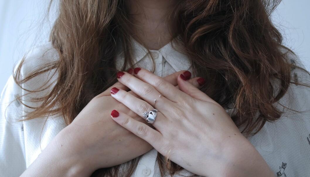 Kvinna som oroar sig över att hon drabbats av någon form av hjärtproblem.