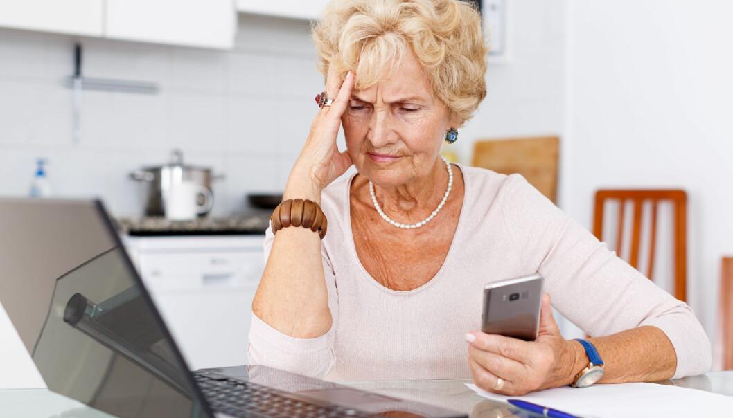 Kvinna som ser fundersam ut när hon tittar på sin dator.