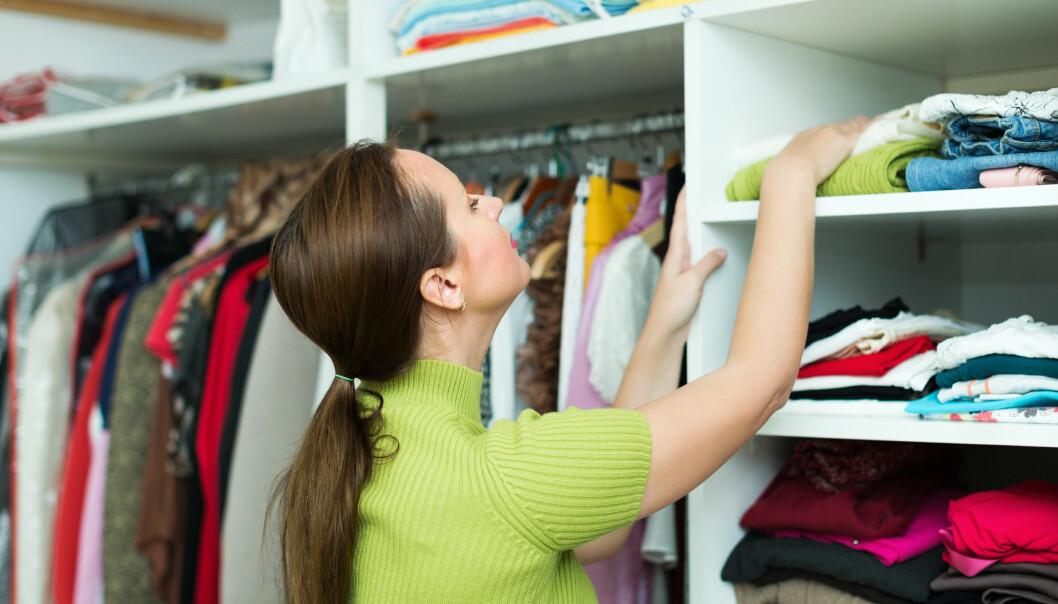Kvinna städar sin garderob.
