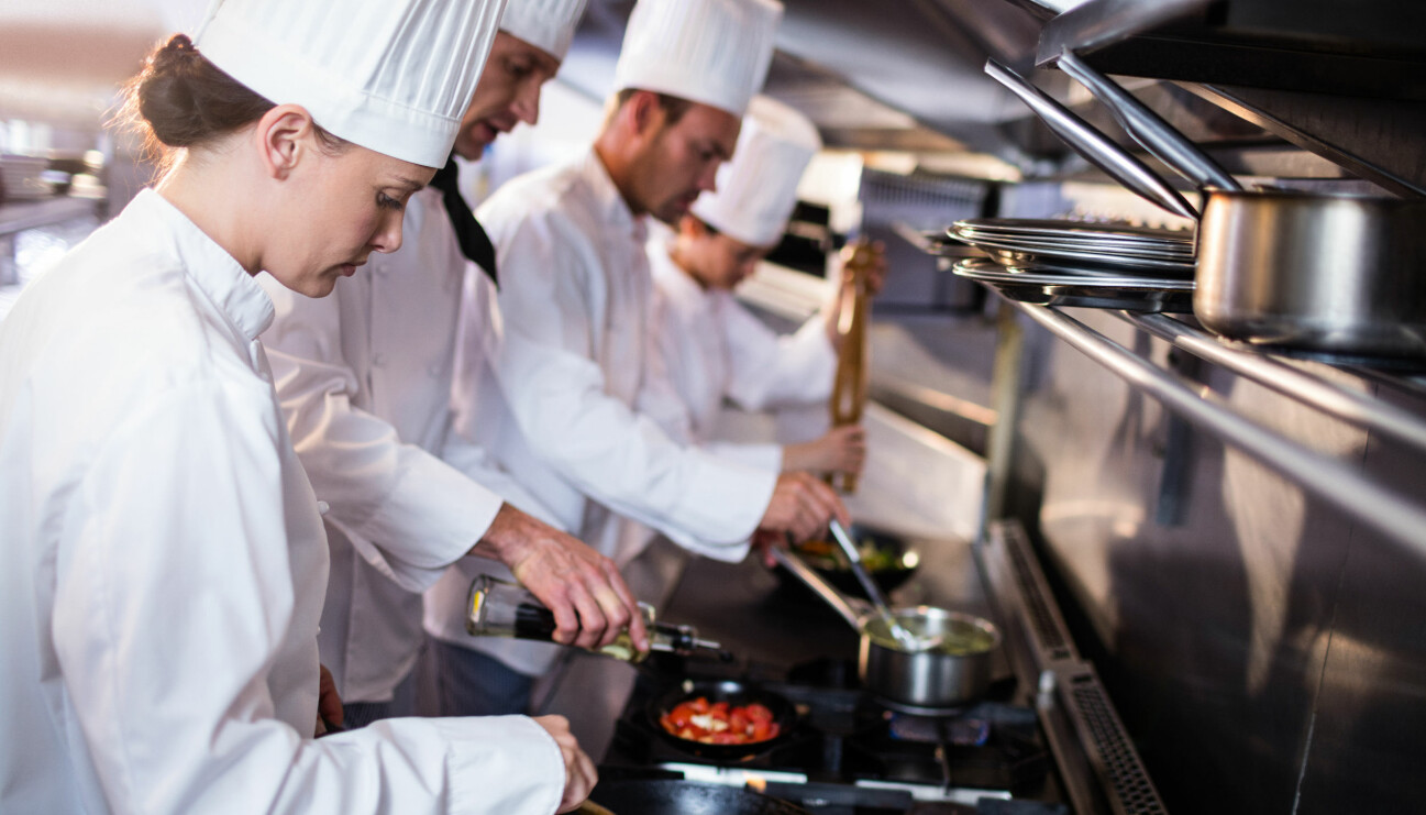 Kvinnlig kock i ett restaurangkök.