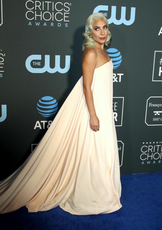 Lady Gaga på röda mattan på Critics Choice Awards