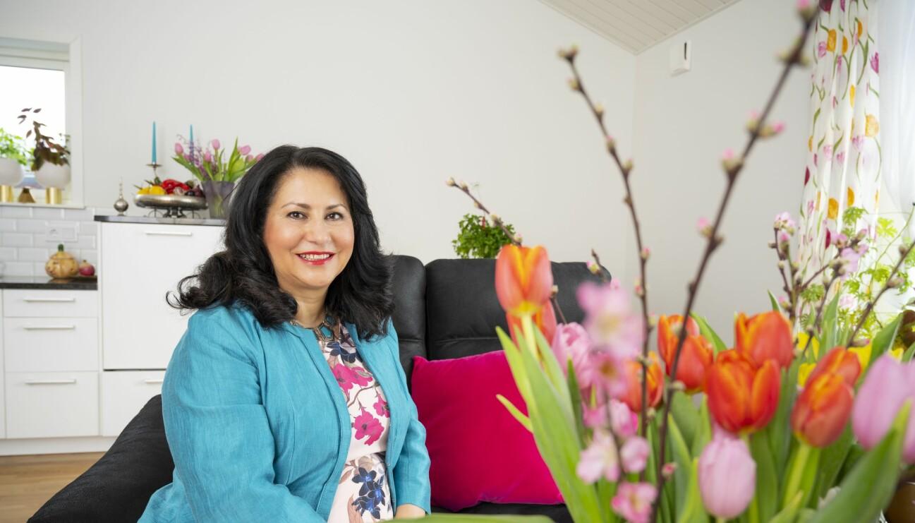 Laleh Maghonaki sitter hemma i sin soffa och berättar om hur det var när hon gick med på att bli så kallad postorderbrud och gifta sig med en okänd man för att komma ifrån Iran och börja ett nytt liv i Sverige