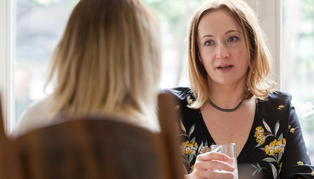 Två kvinnor (den ena anonym) äter lunch tillsammans