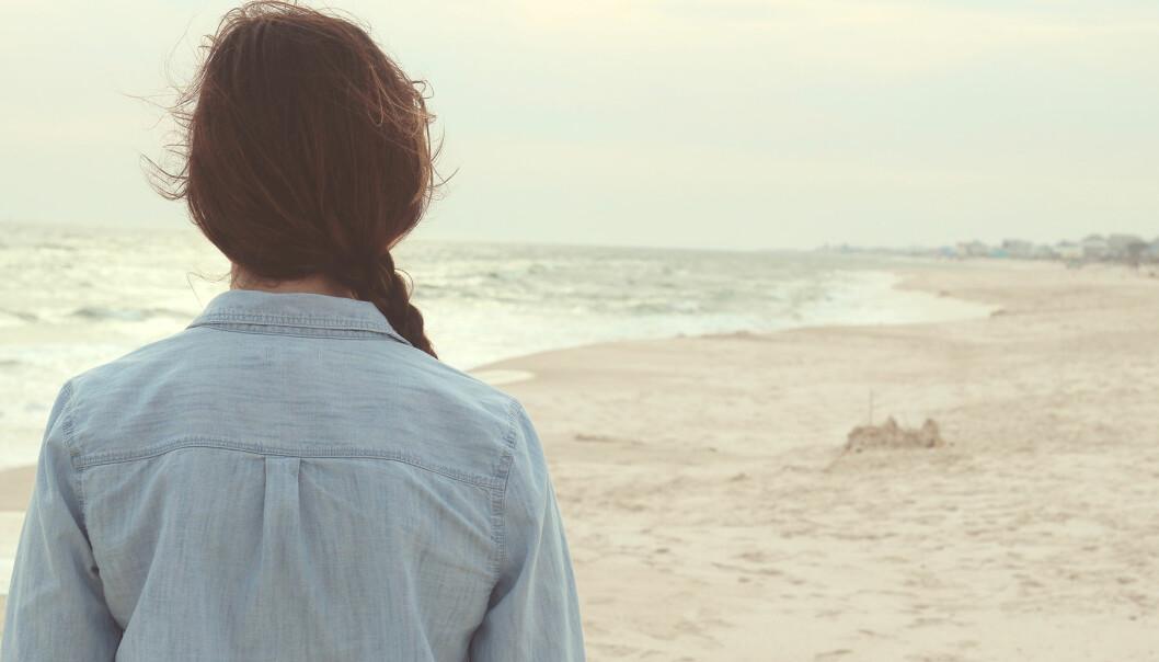 Ensam kvinna på strand