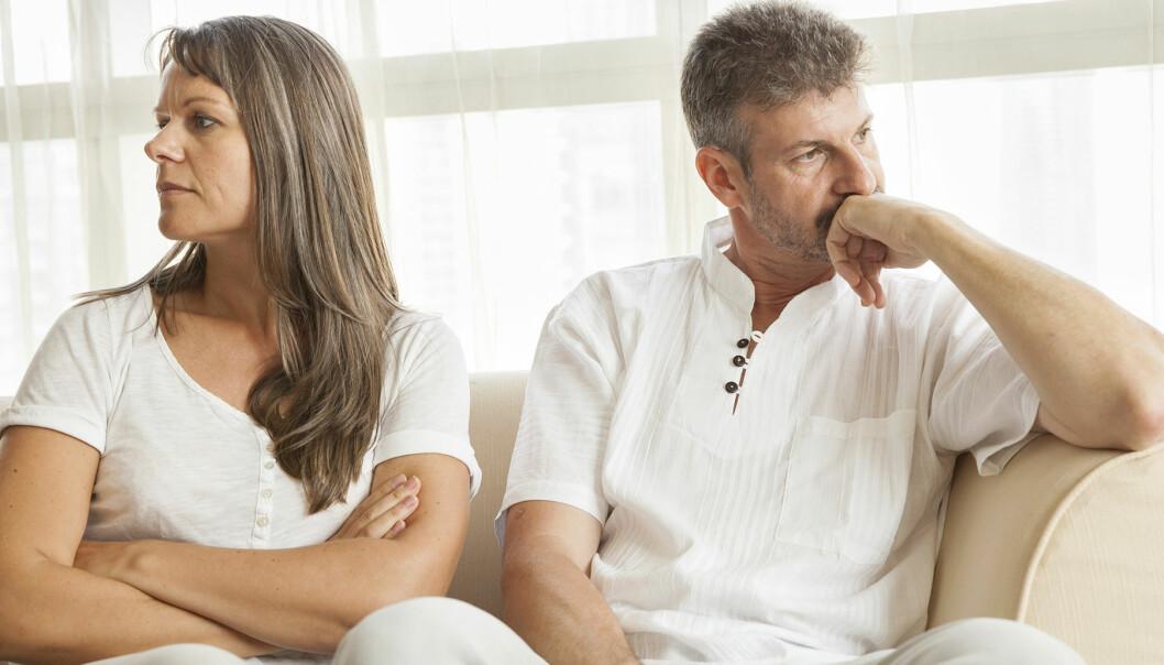Ett olyckligt par sitter i en soffa