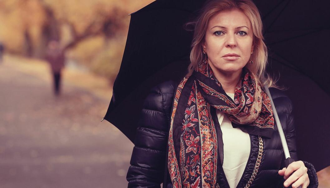 Kvinna ser ledsen ut en mulen höstdag