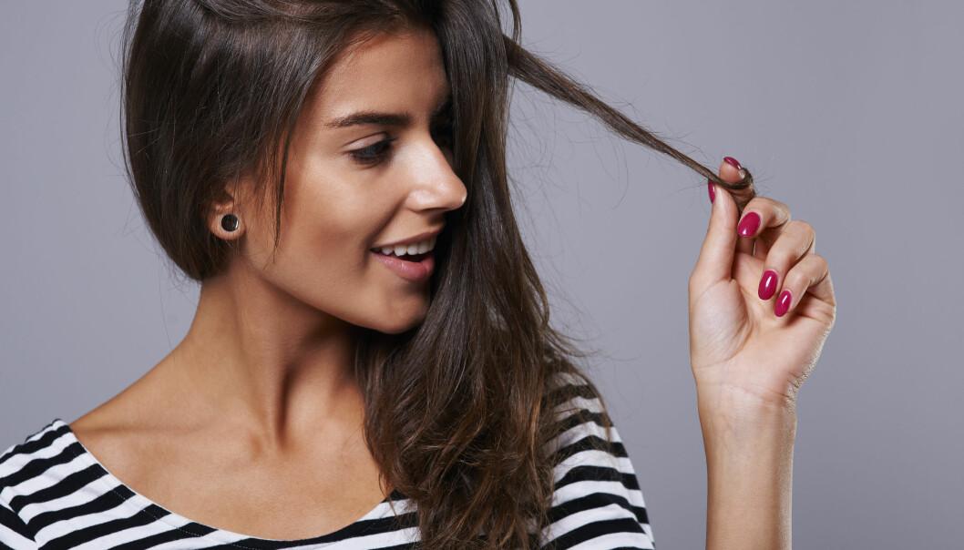 kvinna leker med håret