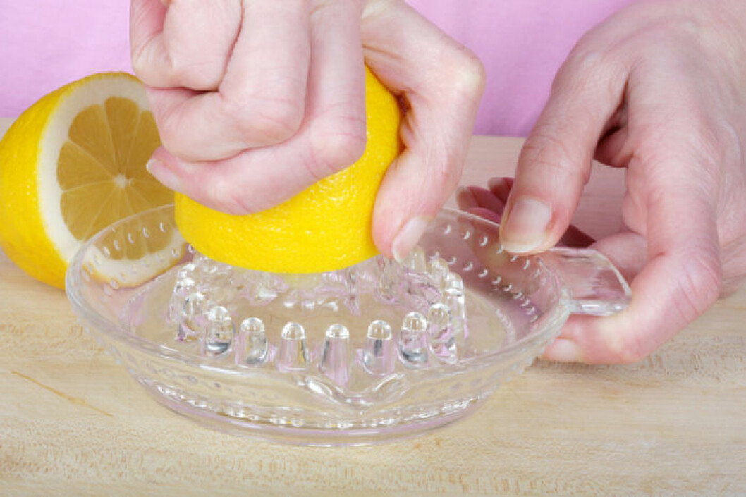 Rulla citronen mot köksbänken och krama ur allt.