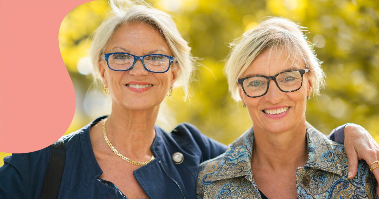 Lena Pålsson står bredvid sin syster Carina Kopriwa och håller en hand på hennes axel.