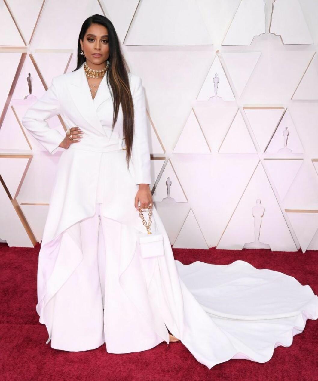 Lilly Singh i vit byxdress på röda mattan