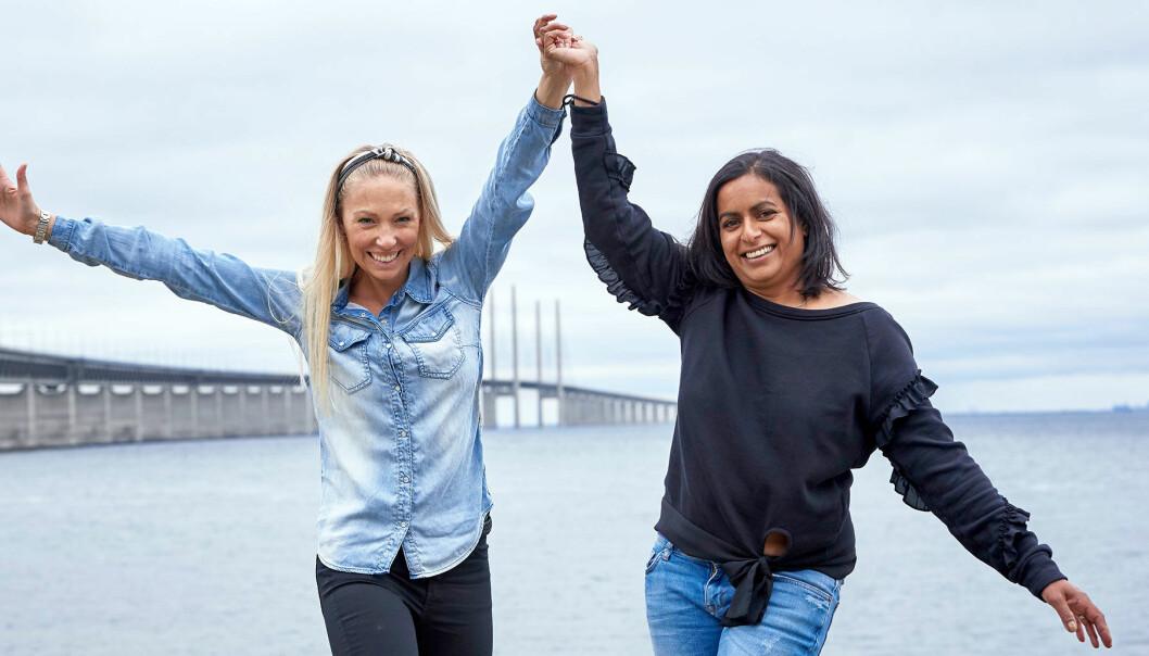 Linda Glantz och Linda Wendt poserar framför öresundsbron.