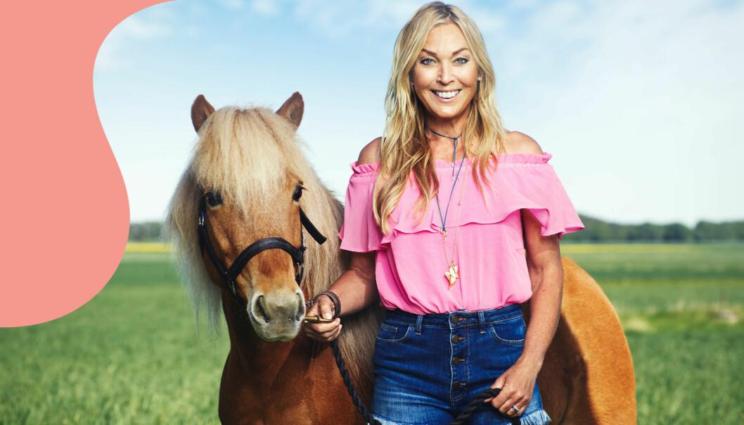 Linda Lindorff tillsammans med en ljusbrun ponny, fotograferade framför grön åkermark.
