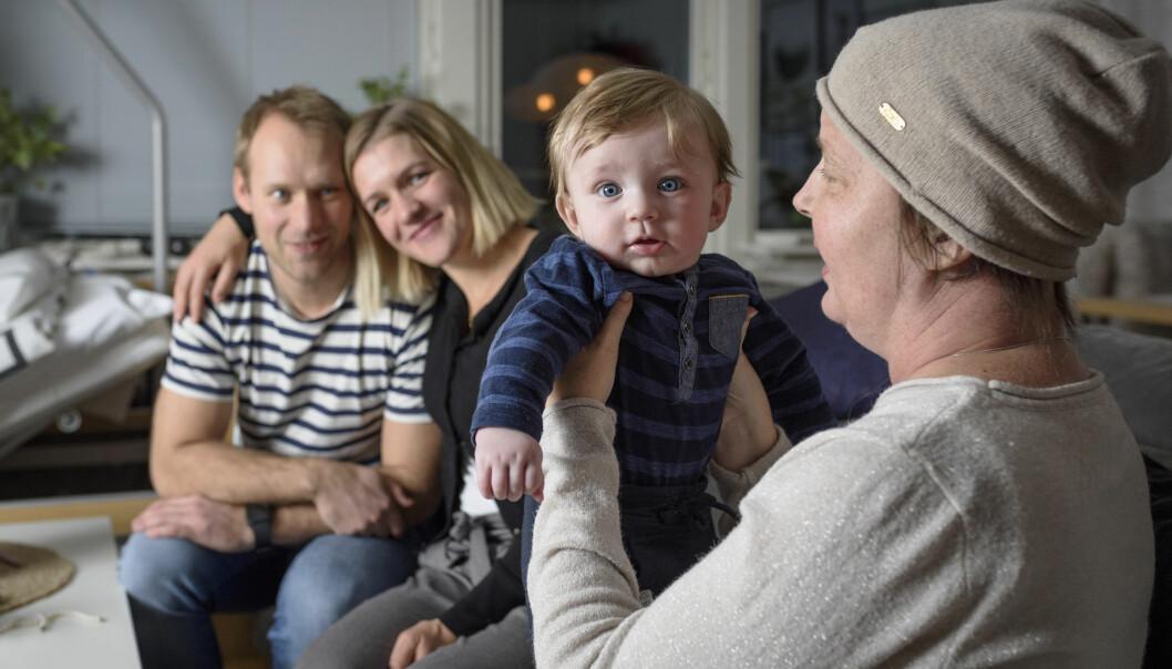 Linnea håller om sin bror Adam och Sandra håller lille Eddie och tillsammans berättar de om hur det var när Linnea bestämde sig för att bli surrogatmamma och bära på sin bror och svägerskas barn