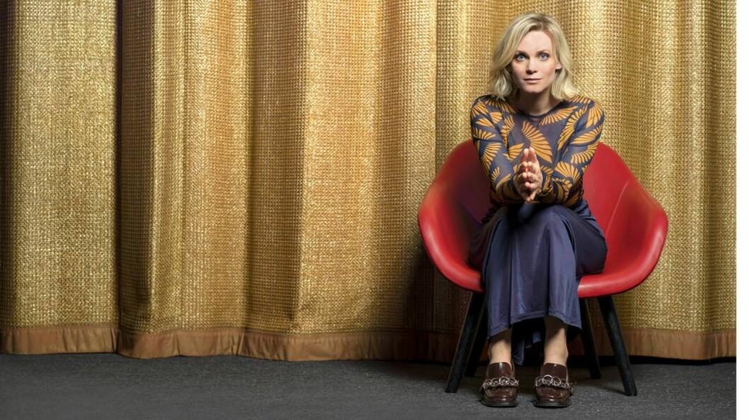 Bioaktuella Liv Mjönes sitter i en röd stol och berättar om nya rollen i filmen Tills Frank skiljer oss åt
