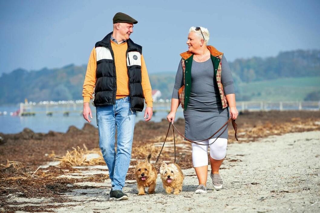 Anders och Lone med hundarna Cooper och Laura