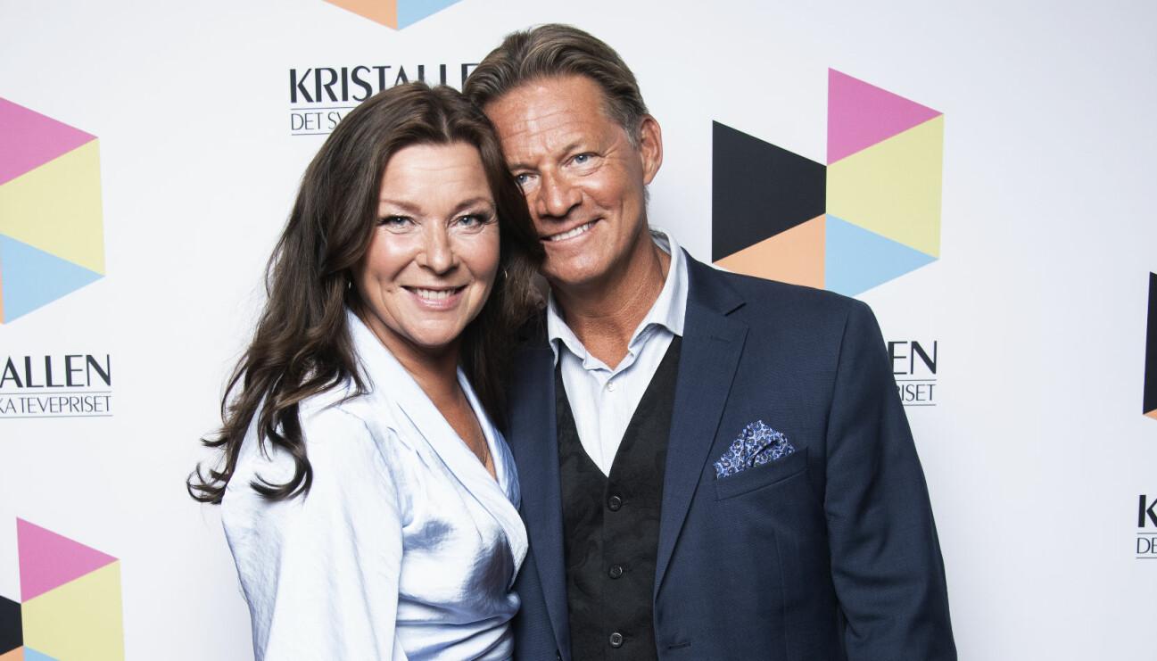 Lotta Engberg och Mikael Sandström står nära och kärleksfullt intill varandra på röda mattan.