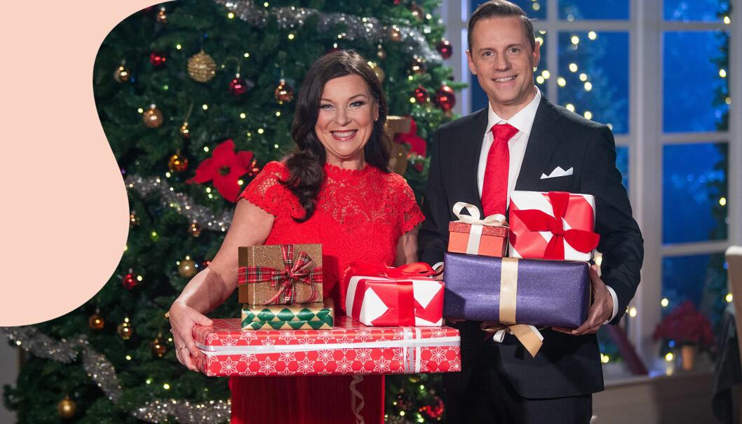 Lotta Engberg och Stefan Odelberg, som tillsammans leder Bingolottos uppesittarkväll i TV4, står i studion med julgran och julpaket.
