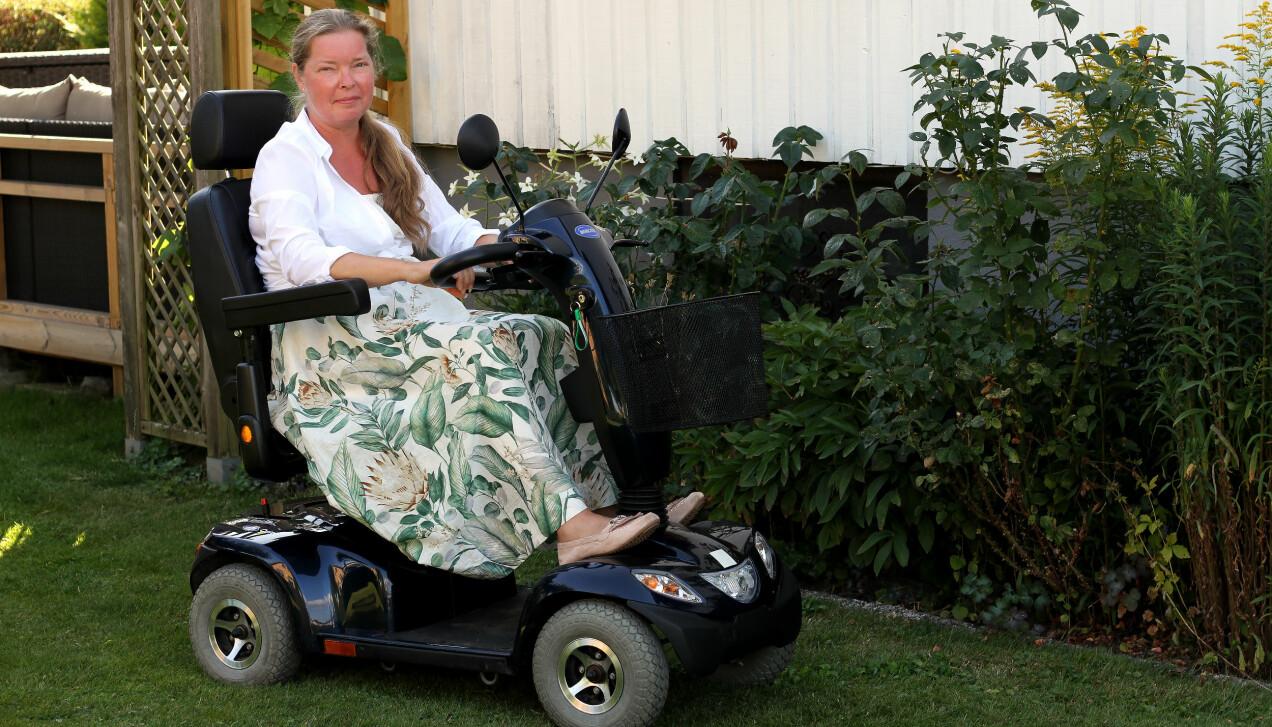 Louise Erenmo som drabbats av sällsynta sjukdomen MOG använder idag elscooter i vardagen.