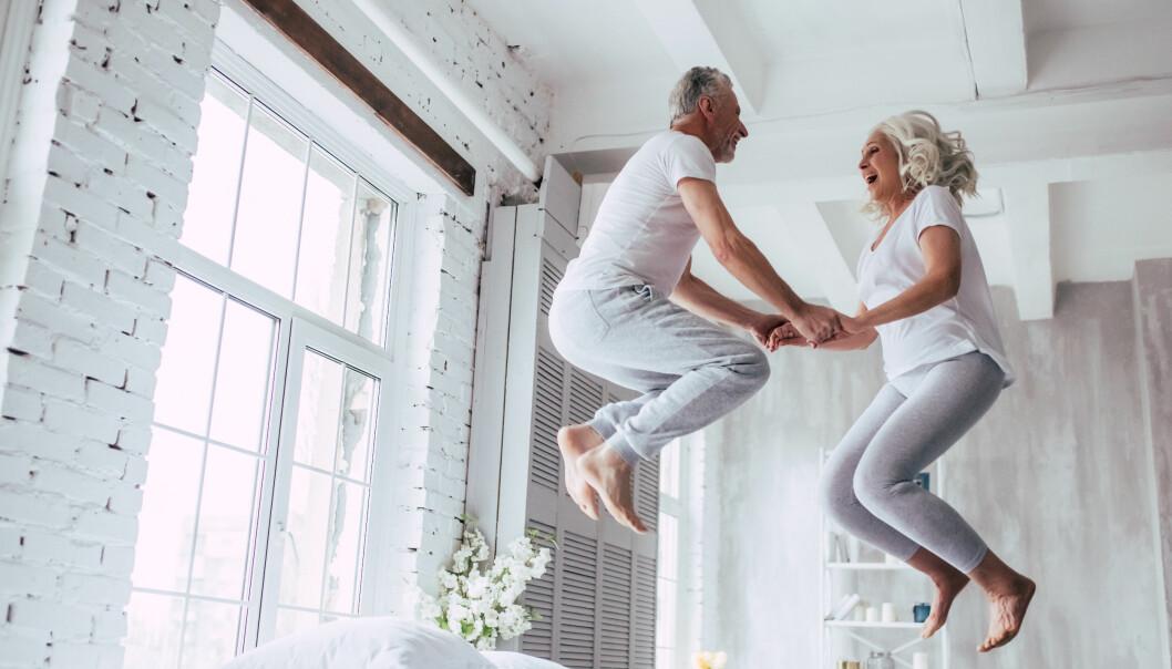 Lyckligt par lever livet
