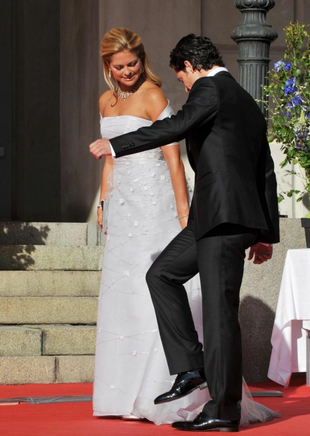 Prins Carl Philip trampar på prinsessan Madeleines släp.