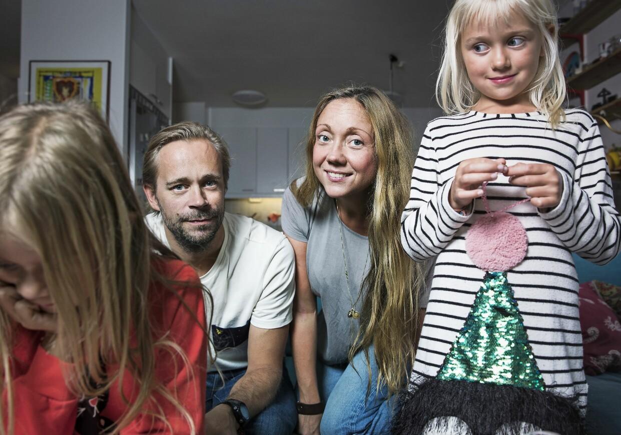 Magriffe med man och döttrar i soffan.