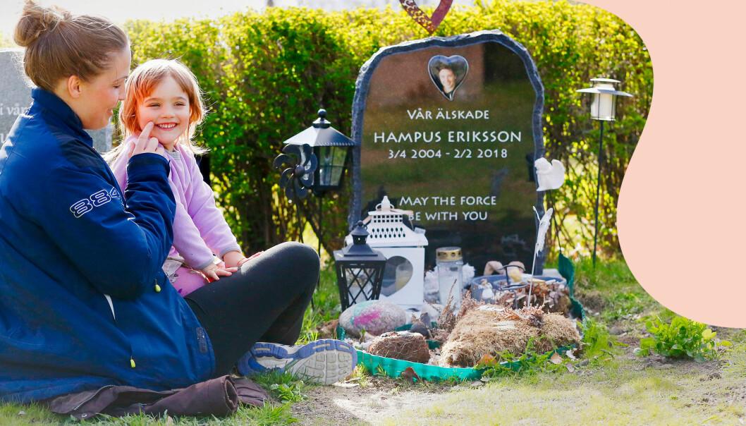 Maja och en av döttrarna sitter vid Hampus grav som är vackert utsmyckad