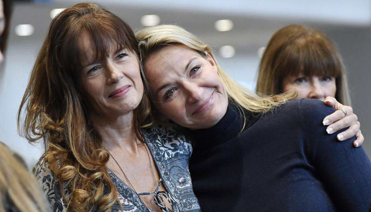Systrarna Malin Berghagen och Kristin Kaspersen vid avtäckningen av ett porträtt av mamma Lill-babs på Arlanda.