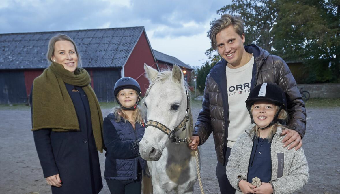 Mamma Emma, Elsa, bonuspappa Linuz och Ellen Söderström vid familjens fristad under pandemin.