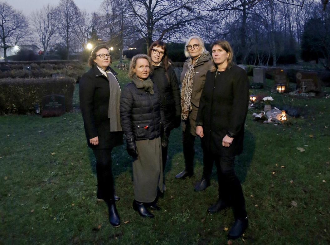De fem mammorna har alla mist en son. De träffas en gång i månaden, och ofta följer de även med varandra till kyrkogårdarna. Från vänster Sofie Rönn Kjellqvist, Marie Svensson, Gunilla Karlsson, Mona Wimhed och Mari Björk.