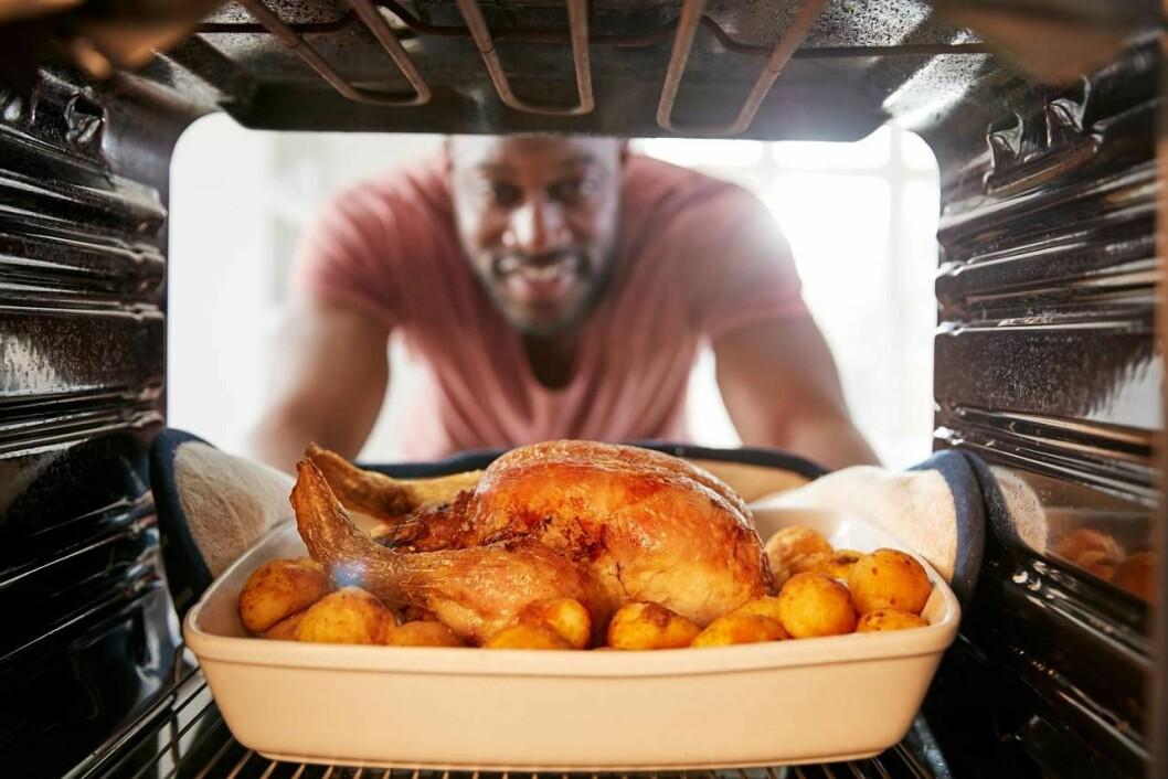 Man lagar kyckling i ugn