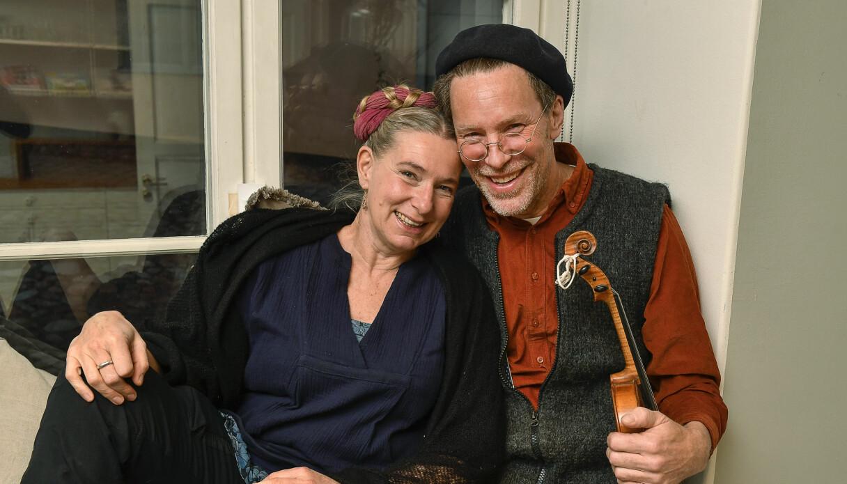Marie och Gustav Mandelmann som berättar att de nästan varit isolerade i ett helt år på grund av coronapandemin.