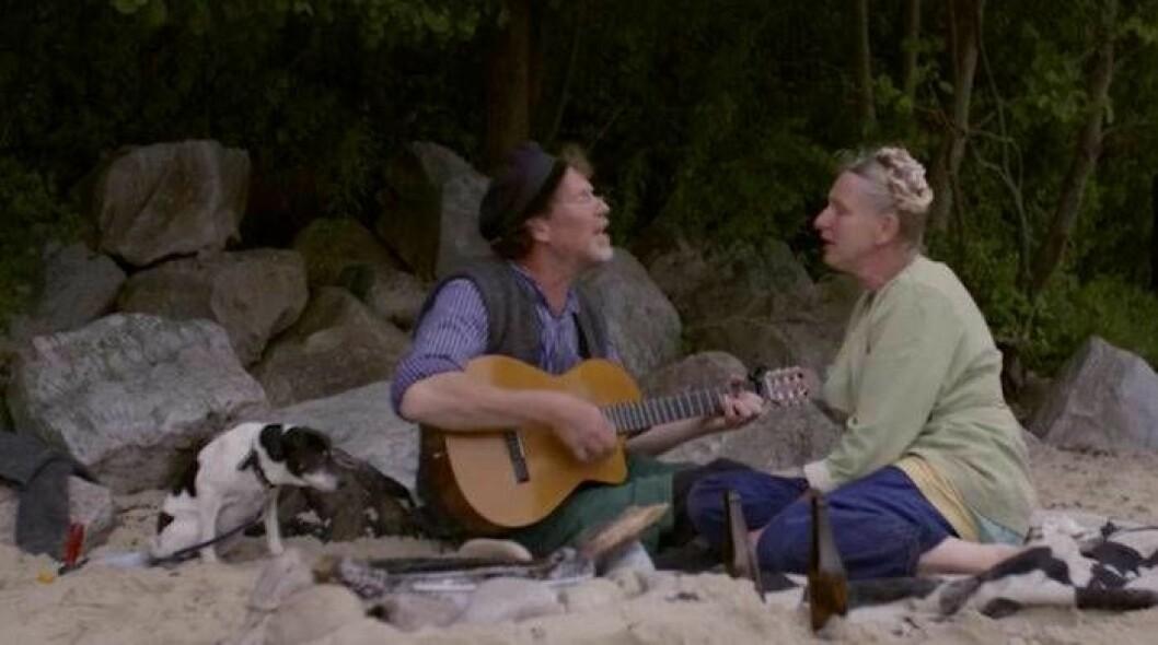 Marie och Gustav Mandelmann sjunger ofta tillsammans och minns de tiden innan de hade barn. Bild: TV4