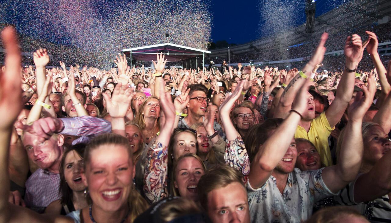 Människor vid konsert.