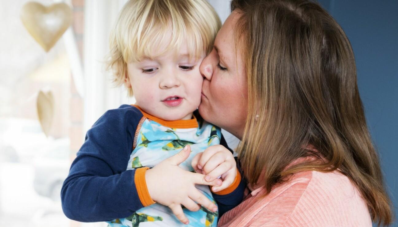 Maria Dalmo pussar sonen Oskar som blev till ungefär ett år efter att Maria och hennes man förlorat sin son Vilgot.